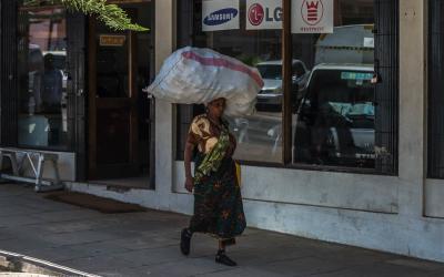 Факты о нелегкой жизни женщин в разные времена: 20 фото