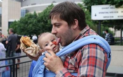 Папа вам не мама: 30 смешных фото детей, которые остались под присмотром отцов