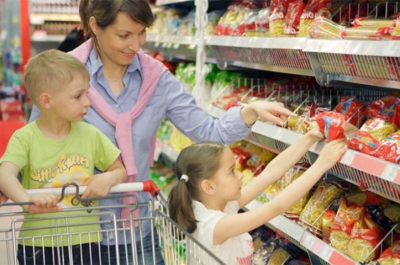Гифка мама с ребенком в магазине